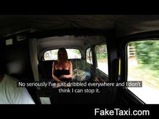 Mulher casada faz para mijar em assentos de táxi