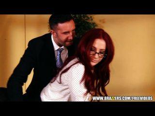 Mulher de negócios sexy redhead fecha grande negócio