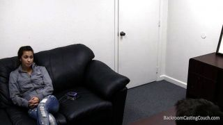 Stacy fode de graça no sofá de fundição