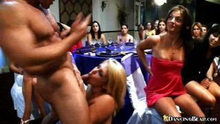 Bebês sensual compartilhando um galo em uma festa