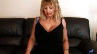 Mãe madura em casa esfregando sua buceta