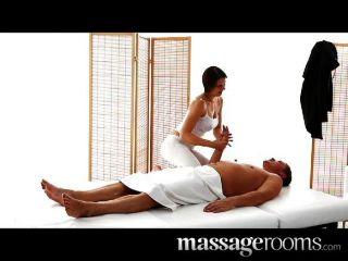 A menina sexy da massagista com os boobs grandes suga para fora o esforço