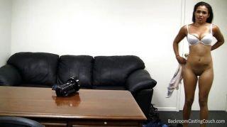 Stripper preto inseminados no sofá de fundição