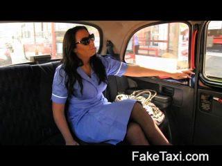 Faketaxi horny enfermeira ama um grande galo