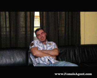 Agente sexy morena domina galo