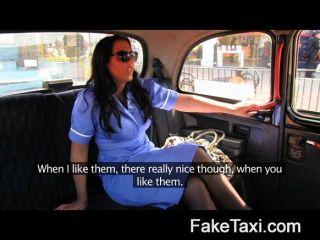 Enfermeira impertinente do falso na confissão do táxi