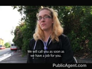 Publicagent loira em óculos fica fodida