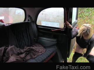 Faketaxi loiro escocês com um burro grande
