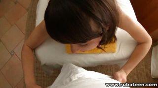 Jovem sally gosta de obter o clit oleado