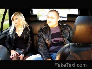 Faketaxi marido assiste esposa fodida