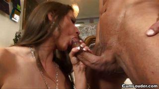 Rachel roxx leva um pénis batendo