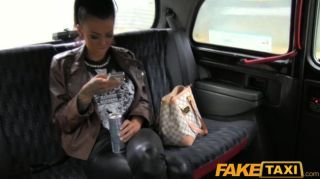 Faketaxi tattooed hottie fodido em táxi