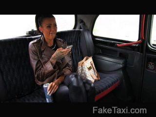 Faketaxi passeio livre para backseat blowjob