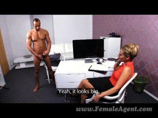 Femaleagent milf recebe um creampie enorme