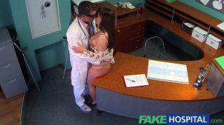 Doutor fakehospital com o paciente voluptuous