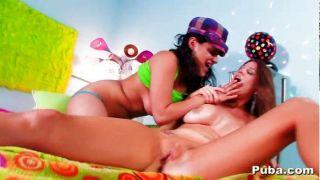 Lésbicas quentes brincam cada outros bichano