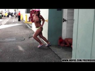 Crazy beach biker girl strips em público