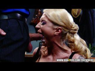 Secretária loira submissa é dominada