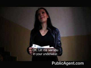 Publicagent ela flashes seus peitos na rua