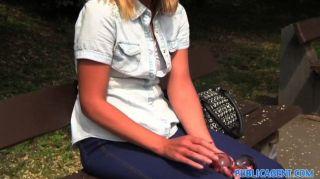 Publicagent solitário feminino branco único