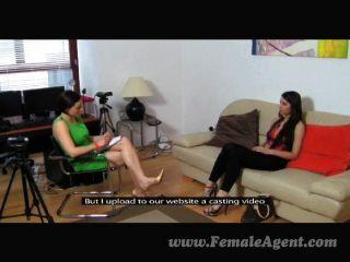 Primeira vez lesbian couch casting
