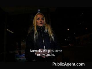 Blonde publicagent fode-me em um público