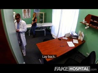 Fakehospital jovem loira leva um creampie
