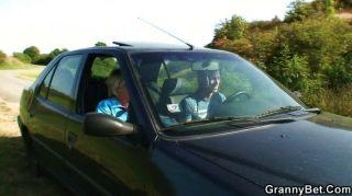 Velha cadela fica pregado no carro por estranho