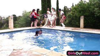 Meninas fora ocidental orgia piscina lésbica