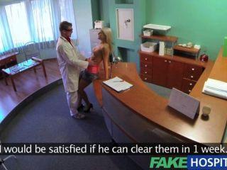 Médico do fakehospital explora cada polegada