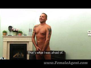 Femaleagent milf indulges studs fetiche de pés