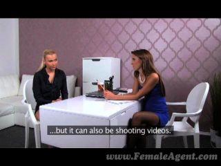 Femaleagent sexy boss ensina habilidades de agente
