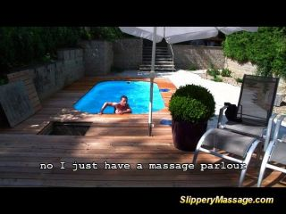 Menino da piscina desfruta de uma massagem slipper nuru