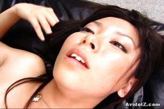 Sexy satomi maeono fodido em um sofá