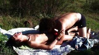 Os meninos horny fazem o piquenique do xxx ao ar livre