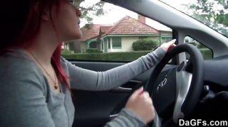 Redhead emo mostrando tit no carro