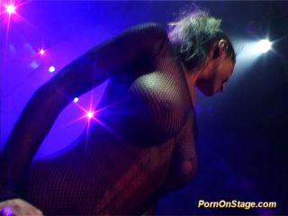 Show de sexo pechugón em palco público