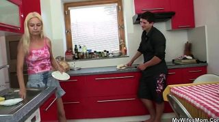 Sexo de engano na cozinha com sogra