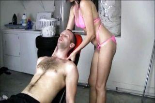 A milf impertinente dá uma massagem do handjob