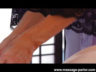 Kira sinn recebe uma massagem dos lábios da Índia