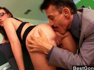 Secretária ninfomaníaca arou no escritório