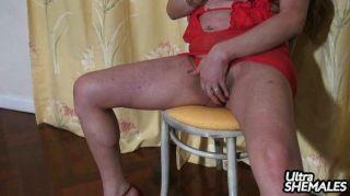 Vivian sexy em tiras vermelhas lingerie e empurrões