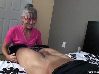 Horny granny chupa um pau jovem
