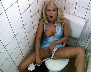 A vagabunda do toalete ama foder e sugar