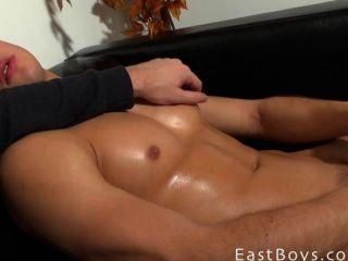 Linda adoração do músculo menino e empurrão de