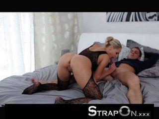 Strapon dupla penetração para loira sexy
