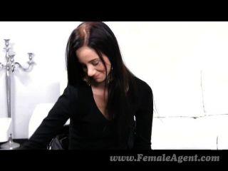 Femaleagent primeira vez com uma mulher sexy
