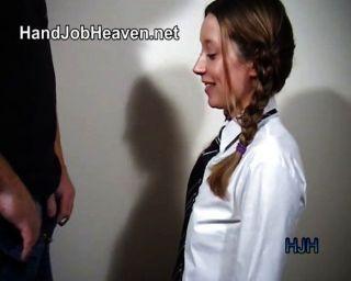 Menina pigtailed da faculdade dá um handjob
