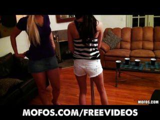 Meninas transformam uma festa em uma orgia