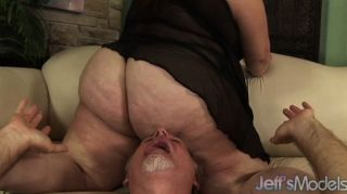 Bbw angelina abafa um cara com seu traseiro gordo